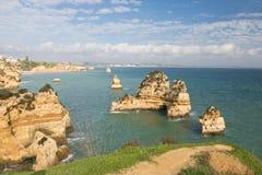 Panoramiczny widok na pięknego morza jaskiniowych falezach atlantycka linia brzegowa w Portugal Obraz Stock