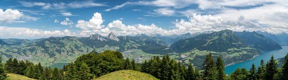 Panoramiczny widok na Szwajcarskich Alps zdjęcie stock