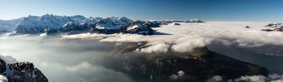 Panoramiczny widok na Szwajcarskich Alps i Jeziornej lucernie zdjęcie royalty free