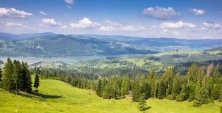 Panoramiczny widok nad Bicaz jeziorem w Carpathians zdjęcie stock