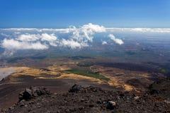 Panoramiczny widok nad chmurami od Etna przy morzem śródziemnomorskim, Sicily, Włochy Obrazy Royalty Free