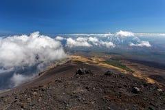 Panoramiczny widok nad chmurami od Etna przy morzem śródziemnomorskim, Sicily, Włochy Zdjęcie Royalty Free