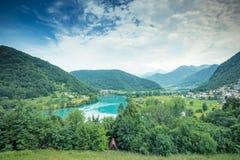 Panoramiczny widok nad Najwięcej na Soci szmaragdowej zieleni nawadnia, Slovenia fotografia stock