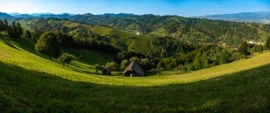 Panoramiczny widok nad Transylvania księżyc w pełni krajobrazem w Otrębiastym terenie, Brasov okręg administracyjny od Rumunia zdjęcia royalty free