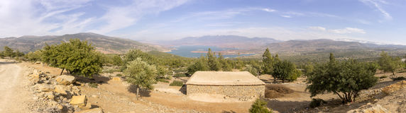 Panoramiczny widok nad zapora kosza el jeziorem, wysoki atlant Zdjęcie Stock