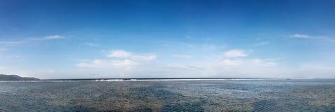 Panoramiczny widok niebieskie niebo i morze obraz stock