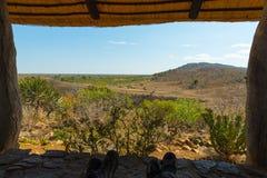 Panoramiczny widok od drewnianego okno w miejscowości turystycznej w Kruger parku narodowym, Południowa Afryka Relaksujący ludzie Fotografia Stock