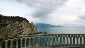 Panoramiczny widok od pałac dymówki ` s gniazdeczka strona Yalta halny ` żaglowa ` i piękny morze - Obrazy Stock