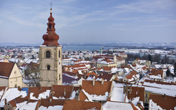 Panoramiczny widok od Ptuj kasztelu nad Drava rzeką z śniegiem Fotografia Stock