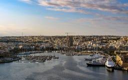 Panoramiczny widok od Valletta w słonecznym dniu z niebieskim niebem i chmurami, Malta obraz stock