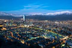 Panoramiczny widok okręgi z Mapocho rzeką, Los Andes pasmo górskie w Santiago i fotografia royalty free