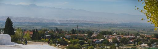 Panoramiczny widok Pammukale blisko nowożytnego miasta Denizli, Turcja Jeden sławny turysty miejsce w Turcja obrazy royalty free