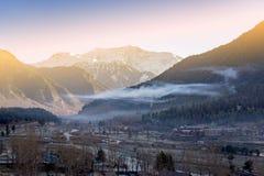 Panoramiczny widok pięknego góra krajobrazu mała wioska amo Zdjęcia Stock