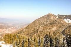 Panoramiczny widok pięknej zimy krainy cudów halna sceneria z starą świerczyną w austriackich Alps Góry narty resor obraz stock
