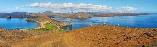 Panoramiczny widok pinakli otoczenia w Bartolome i skała zdjęcia stock