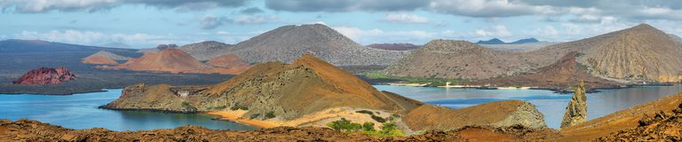 Panoramiczny widok pinakli otoczenia w Bartolome i skała zdjęcia royalty free