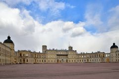 Panoramiczny widok pod chmurami Uroczysty pałac w Gatchina Zdjęcia Royalty Free