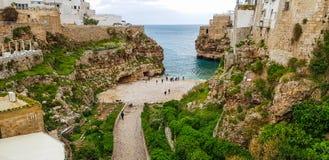 Panoramiczny widok Polignano Kobylia plaża, miasteczko na skałach, Włoski miasteczko wielkomiejski miasto Bari w Puglia regionie, fotografia stock