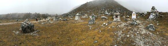 Panoramiczny widok pomnik Everest arywiści wzdłuż Everest Podstawowego obozu śladu fotografia royalty free