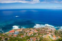 Panoramiczny widok Porto Moniz wioska na północnej strony madery wyspie, Portugalia Obrazy Royalty Free
