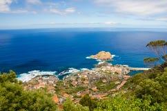 Panoramiczny widok Porto Moniz wioska na północnej strony madery wyspie, Portugalia Fotografia Royalty Free
