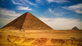 Panoramiczny widok Przegięty ostrosłup Sneferu Pharao i Czerwony satelitarny ostrosłup przy Dahhsur, Kair, Egipt obrazy stock