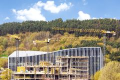 Panoramiczny widok przemysłowa budowa z żurawiami obraz royalty free