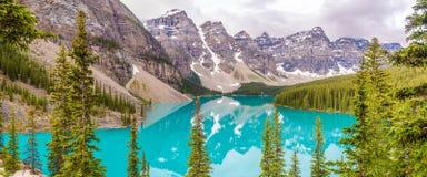 Panoramiczny widok przy Morena jeziorem w Kanadyjskich Skalistych górach blisko Banff obraz stock