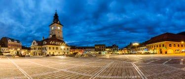 Panoramiczny widok rada kwadrat w Brasov. noc widok fotografia stock