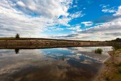 Panoramiczny widok riverbank z odbiciami biali puszyści clo Zdjęcia Stock