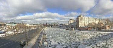 Panoramiczny widok rzeka i dom na bulwarze od Patriarshiy mosta Moskwa Kremlin, Moskwa, Fotografia Stock