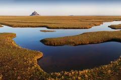 Panoramiczny widok s?awna historyczna Le Mont Saint-Michel p?ywowa wyspa na s?onecznym dniu z niebieskim niebem i chmurami w leci obrazy stock