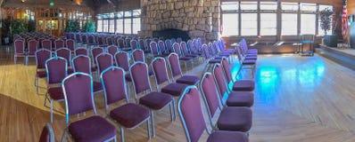 Panoramiczny widok sala konferencyjnych krzesła obraz stock
