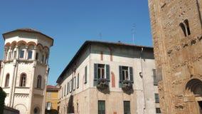 Panoramiczny widok San Michele bazylika i neaby wierza w Pavia, Włochy zbiory wideo