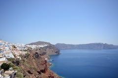 Panoramiczny widok, Santorini wyspa, biali domy i kościół z błękitnymi kopułami nad kalderą, Tradycyjni i sławni, morze egejskie obraz stock