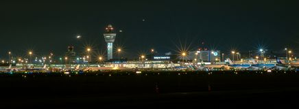 Panoramiczny widok Schiphol Amsterdam lotnisko międzynarodowe nocą obraz stock