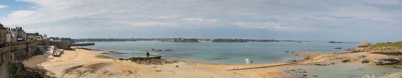 Panoramiczny widok St Malo plaża z Dinard w tle obraz royalty free