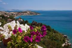 Panoramiczny widok Stara Bask morze i kwiaty Krk, Chorwacja - obrazy royalty free