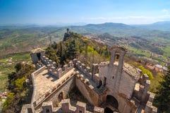 Panoramiczny widok stary basztowy Montale z fortecznym Guaita w th Fotografia Stock