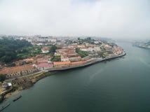 Panoramiczny widok stary miasto Porto Jeden latał nad dachami domy, rzeka i most, Fotografia Royalty Free