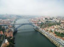 Panoramiczny widok stary miasto Porto Jeden latał nad dachami domy, rzeka i most, Zdjęcie Stock