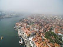 Panoramiczny widok stary miasto Porto Jeden latał nad dachami domy, rzeka i most, Obrazy Royalty Free