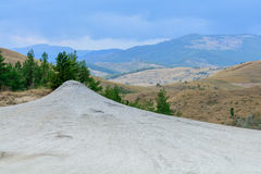 Panoramiczny widok strzelający blisko błotnistego wulkanu Suchy ląd w naturalnym parku zdjęcie royalty free