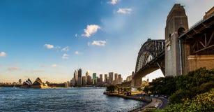Panoramiczny widok Sydney schronienia most linia horyzontu miasto i opera z pięknym niebieskim niebem, obraz stock