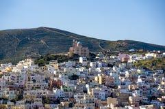 Panoramiczny widok Syros miasteczko z ortodoksyjnym kościół na wierzchołku obrazy stock