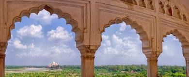 Panoramiczny widok Taj Mahal od Agra fortu w Agra, India Zdjęcie Royalty Free