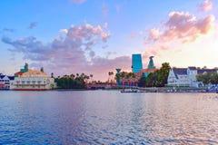 Panoramiczny widok taniec Hall, kolorowy hotel i wioski na zmierzchu tle przy Jeziornym Buena Vista terenem zdjęcia stock