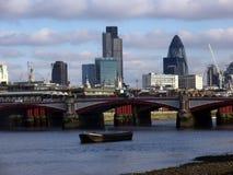 Panoramiczny widok theThames rzeka, zadziwiający most i budynki fotografia royalty free