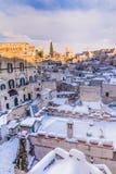 Panoramiczny widok typowi kamienia Sassi di Matera i kościół Matera 2019 pod niebieskim niebem z chmurami i śniegiem na domu, fotografia royalty free