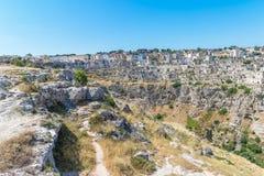Panoramiczny widok typowi kamienie mieści Sassi di Matera Matera UNESCO Europejski kapitał kultura 2019 pod niebieskim niebem Bas Fotografia Royalty Free